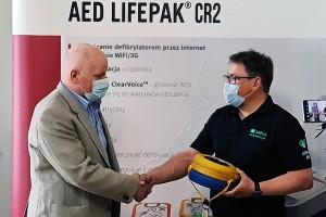 AED ratuje życie. Uratowany przekazał miastu defibrylator